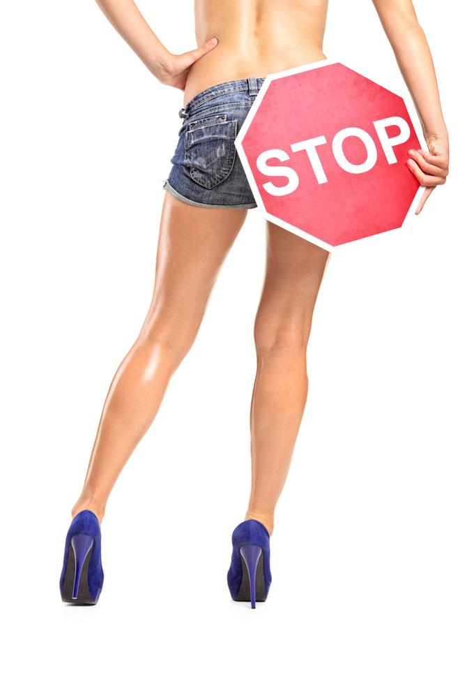 femme avec stop